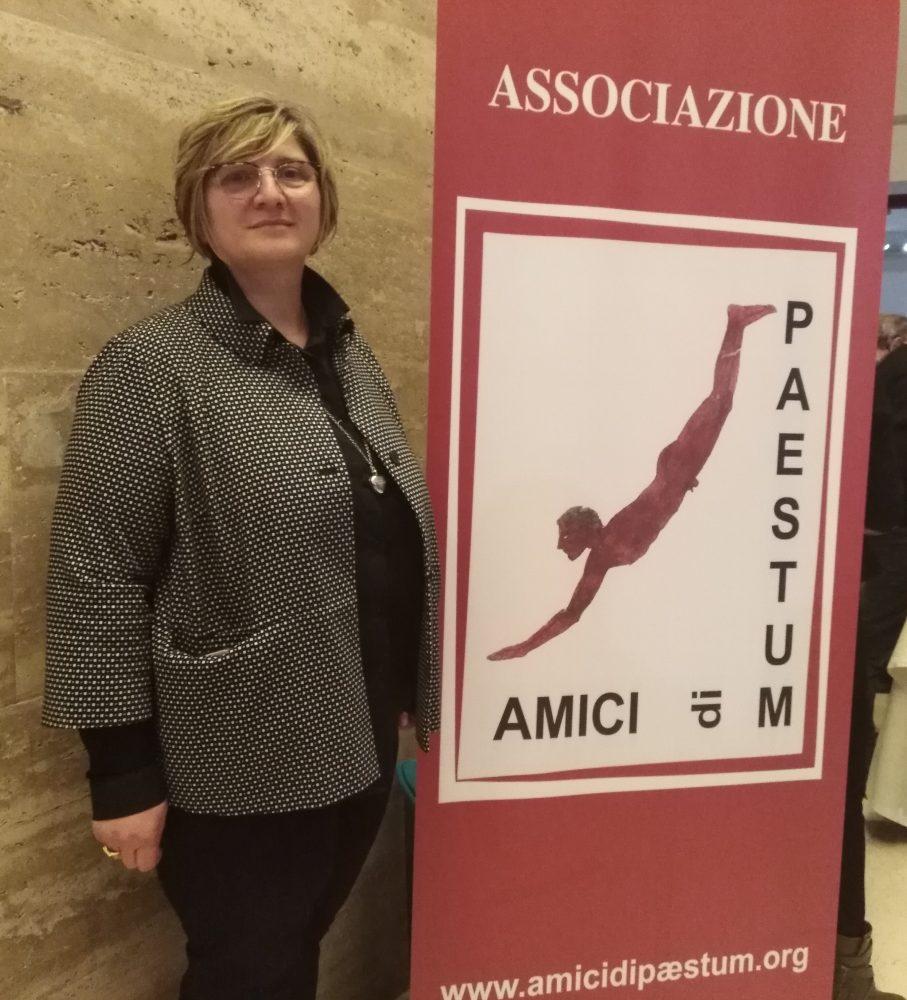 Aperitivi al Parco Archeologico di Paestum Teresa Giuliani accanto al logo Amici di Paestum