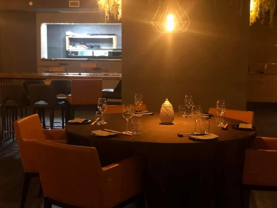 Bloo Fusion restaurant, un ambiente della sala con l'angolo sushi a vista.