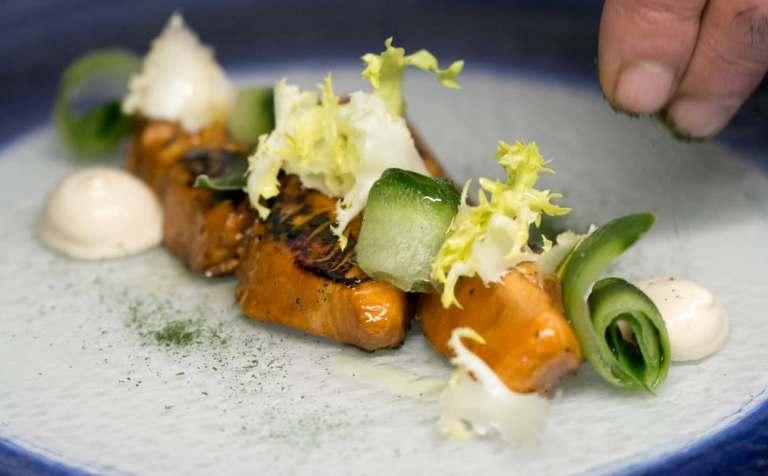 Casamare, Trancio di salmone King Royal scottato, maionese alla soia, indivia e cetriolo