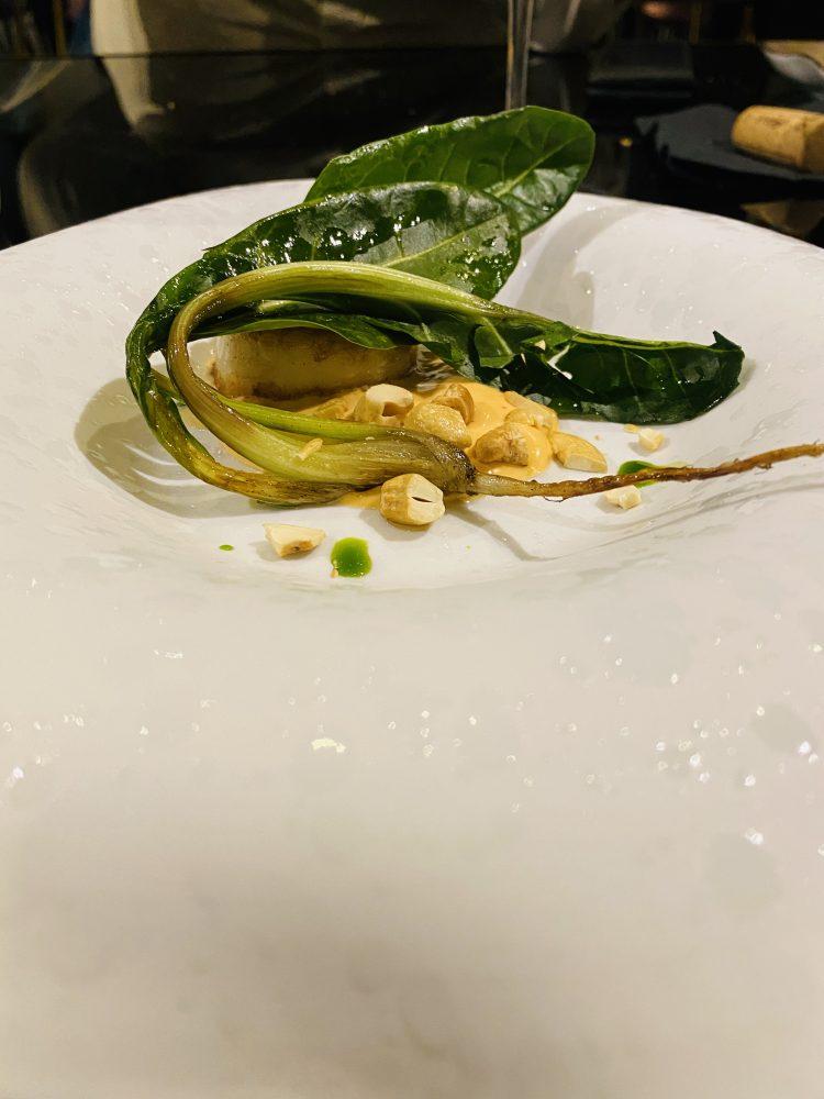 Krianza - Capasanta affumicata, servita con salsa sriracha, animelle e anacardi