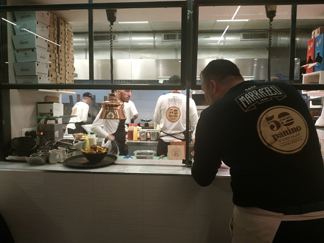 La cucina a vista di 50 Panino