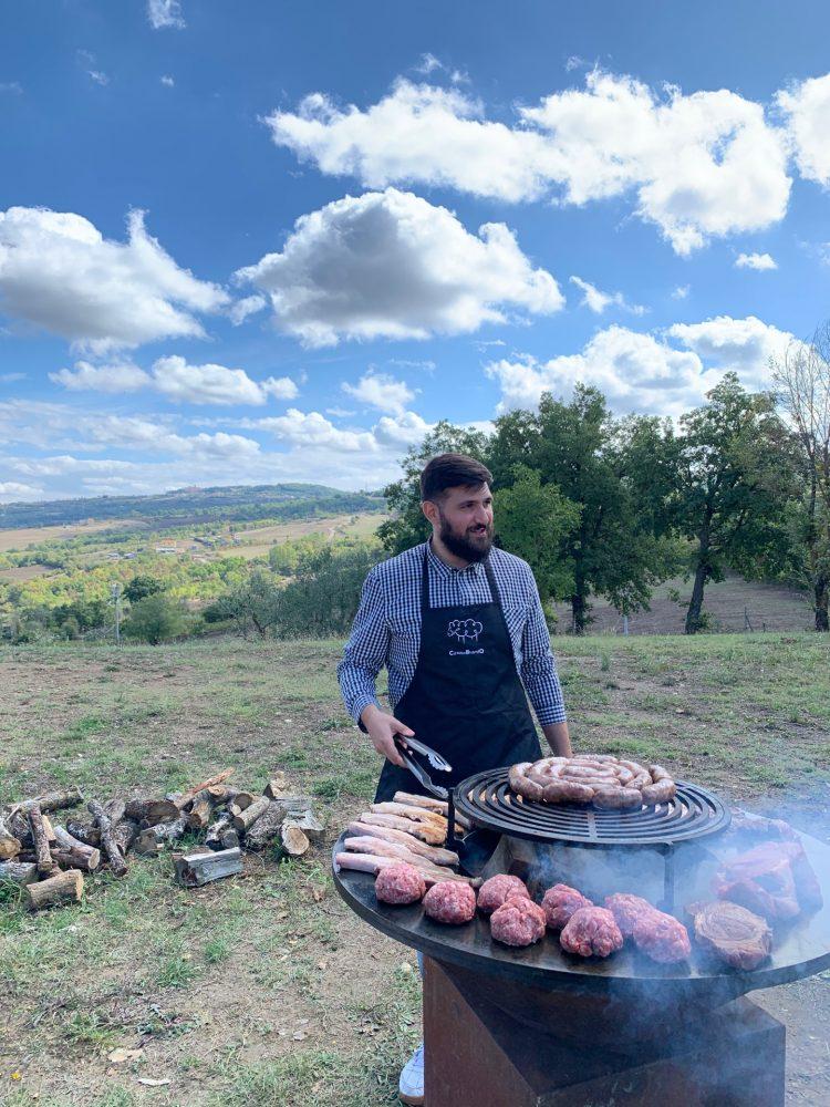 INGORDO - Ingordo alle prese con il barbecue in campagna