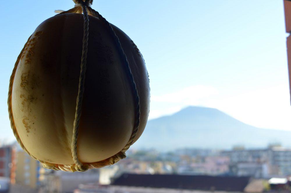 Provolone del Monaco sfondo Vesuvio