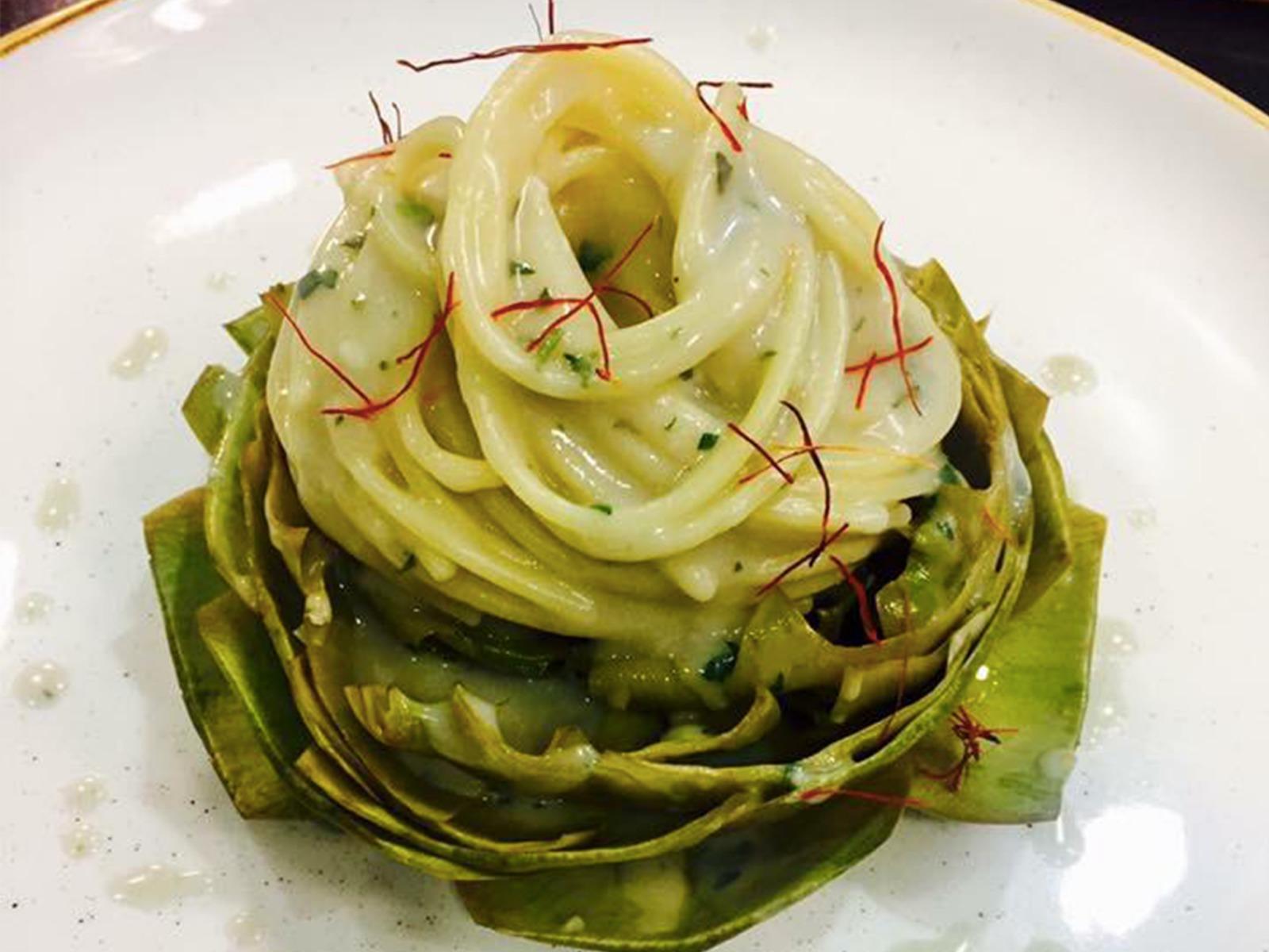 Spaghetti cacio e pepe su carciofo alla romana
