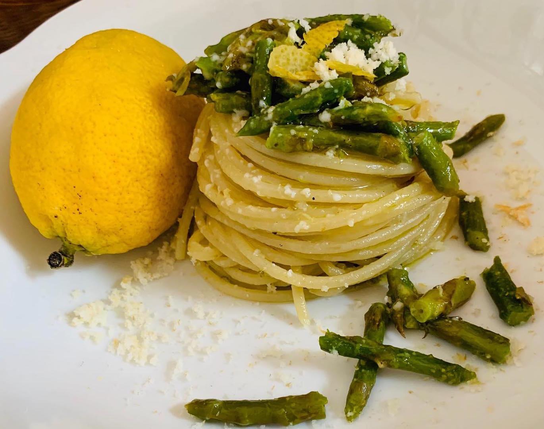 Spaghetti con asparagi, provola e limone