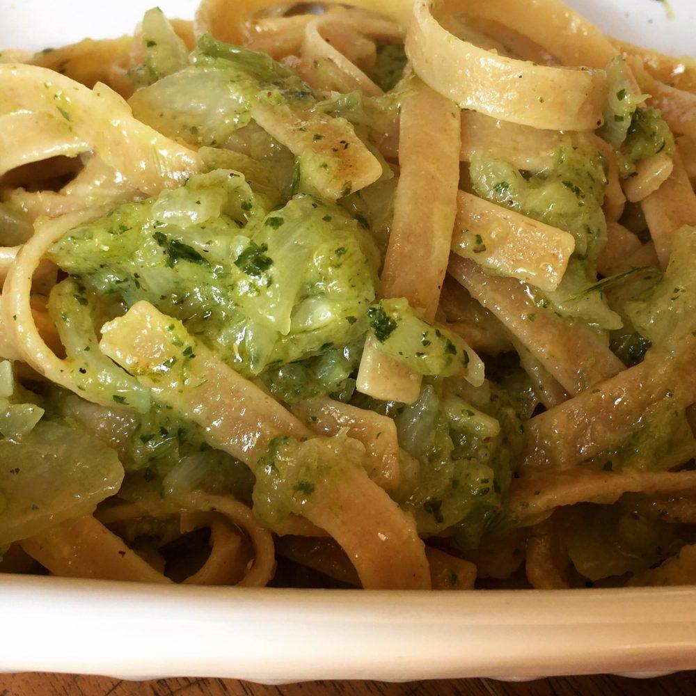 Tagliatelle integrali con salsa di cipolle al verde