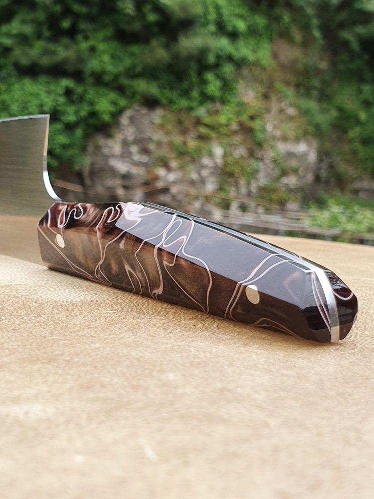 Vincent Bellogrado - Particolare del coltello con manico geometrico in resina acrilica