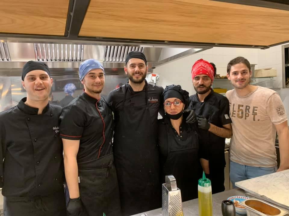 Angelo Presutto con la squadra di cucina
