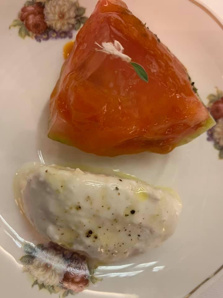 Piazzetta Milu - Pomodoro sorrentino, gelatina di pomodoro e salsa di pomodoro con finta mozzarella - pane inzuppato nell'acqua di mozzarella