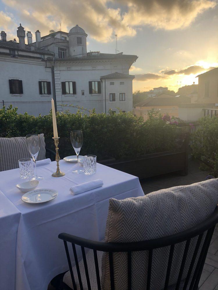 Sullo sfondo Palazzo Borghese