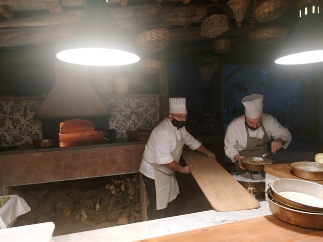Francesco Guida al lavoro davanti al forno a legna