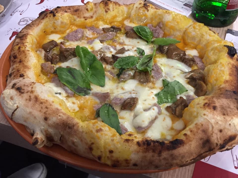 Lievitum Avellino, pizza con zucca, salsiccia e porcini
