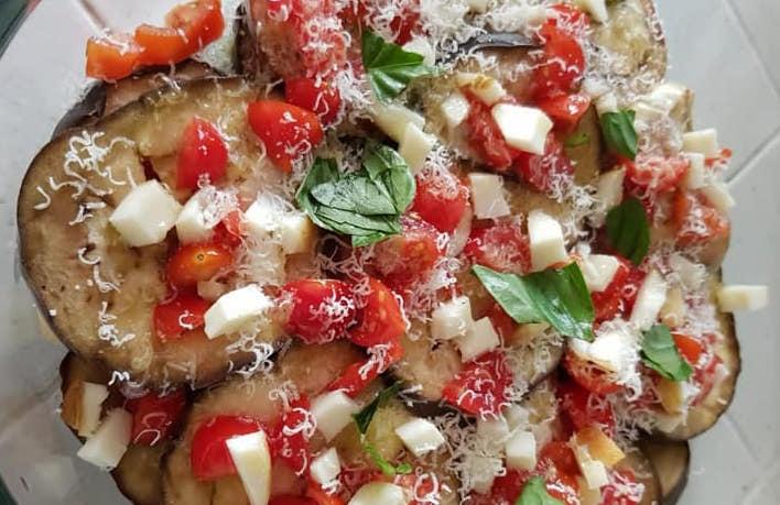 Parmigiana di melanzane estiva in preparazione