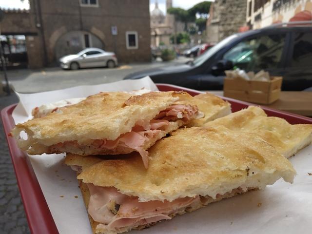 Pizza della Madonna di Monti- La ripiena con la mortadella
