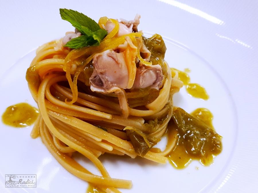 Linguine aglio, olio e peperoncini verdi con vongole e limone