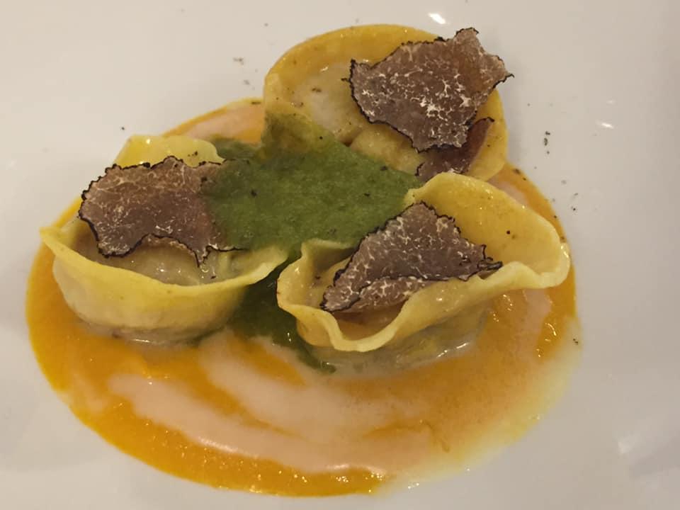 Don Alfonso 1890, cappelli di agnello, genovese di carote, spuma di lattuga, fonduta di parmigiano e tartufo nero. Piatto 2020