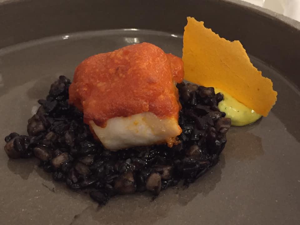 Don Alfonso 1890, dentice in crosta di pane al peperone di Senise, riso nero di Sibari e maionese all'aglio. Piatto 2020