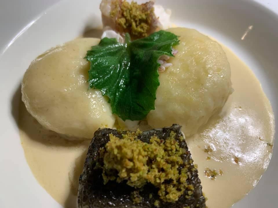 Ciccio Sultano - Gnocchi di Ragusano DOP carbonara di seppia, pesce allo scoglio ai profumi di pistacchio e limone