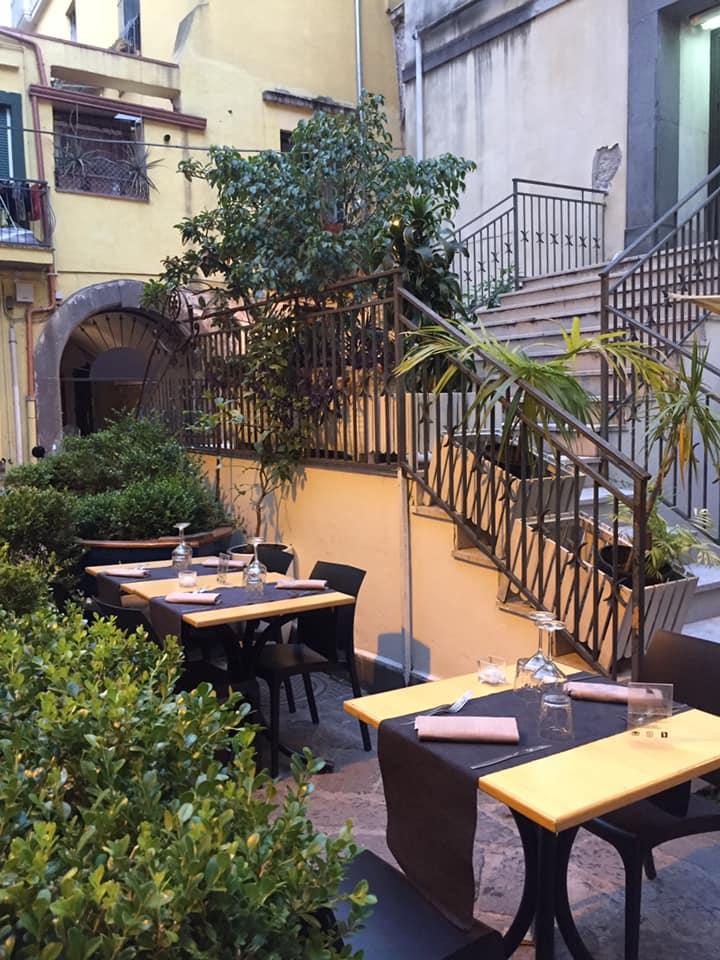 Il Gozzo a Salerno, i tavoli all'aperto