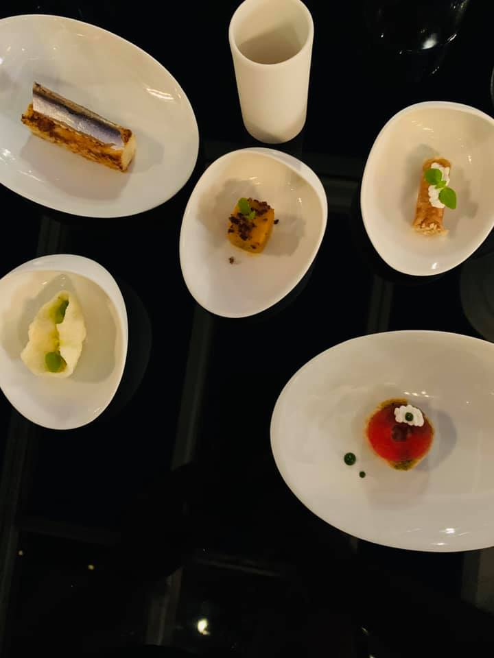 Salvio Perna, aperitivo - pane burro e alici, peperone imbottito, tarallo, cannolo, ricotta e pomodoro con zenzero