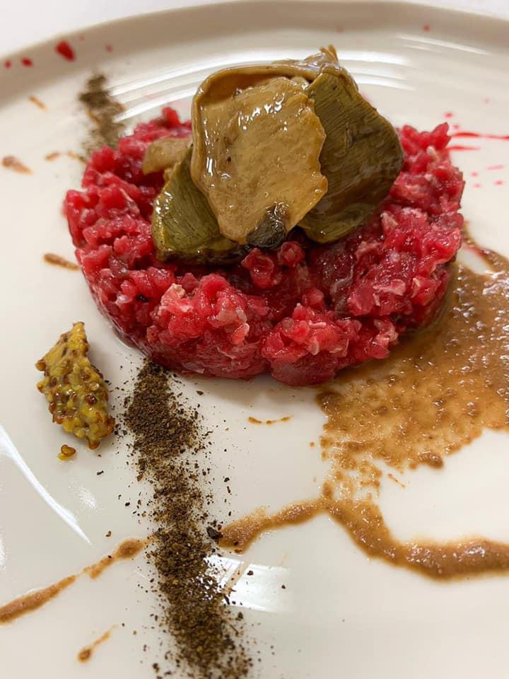 Gubbio, Tenuta Borgo Santa Cecilia - Tartare di capriolo marinato, salsa di noci e corteccia, lampone senapato, finferli