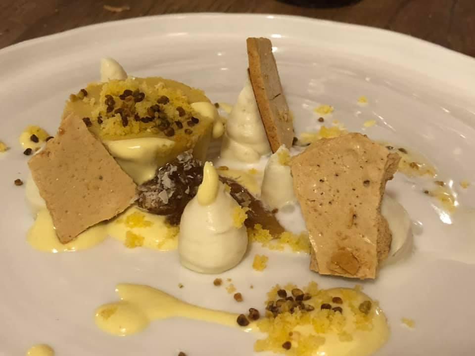 Gubbio, Tenuta Borgo Santa Cecilia - bavarese al polline, cremoso alla camomilla e favo di miele