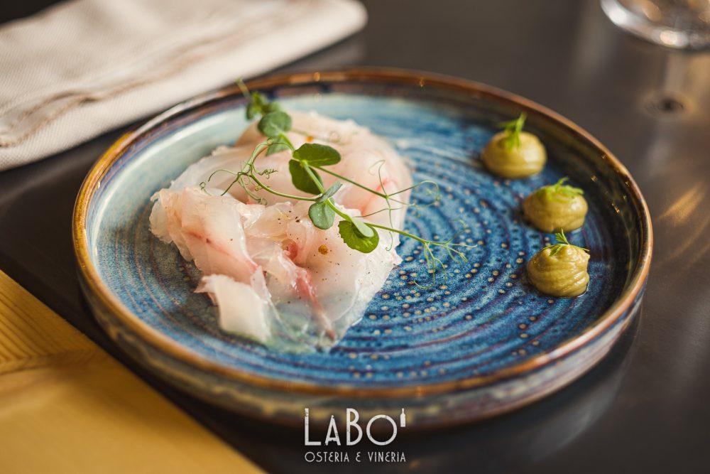 LaBo' - Carpaccio di pescato del giorno -spigola - con crema di avocado