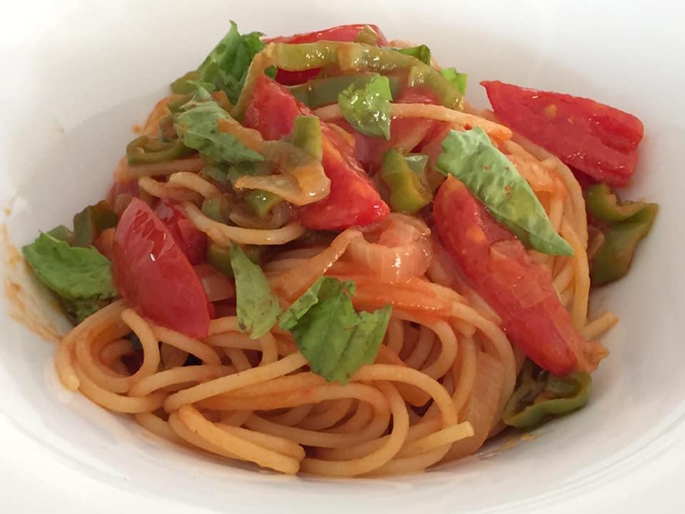 Villa Marchesa, spaghetti con pomodori, peperoncino verde e cipolla di Vatolla