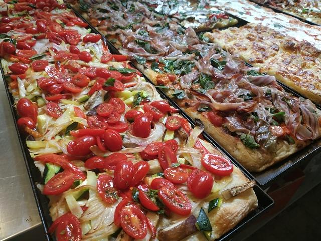 Da Filomena - le teglie sul banco della pizzeria