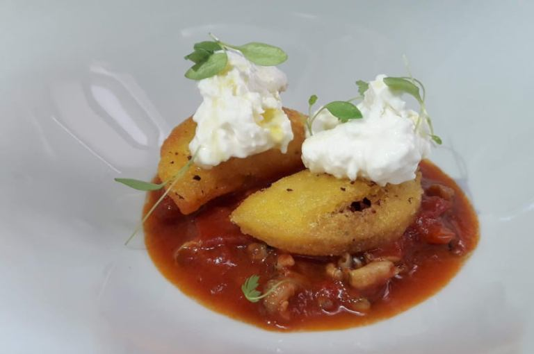 Emozionando, Arepas di mais al gambero rosso con burrata e salsa di lumachine di mare al peperoncino e basilico greco