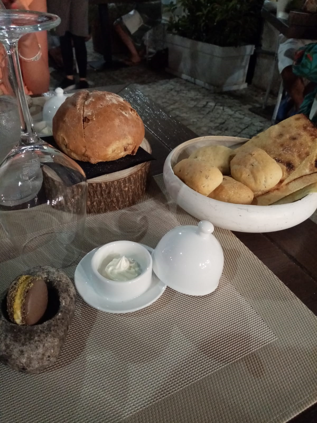 Essenza Bistrot - pane dell'amicizia, guttiau e macaron con bottarga