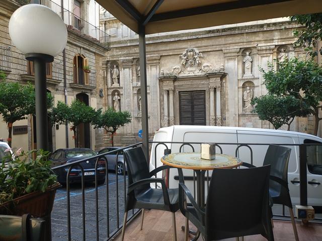 Iudica & Trieste - i tavoli all'esterno e la Chiesa del Gesu'