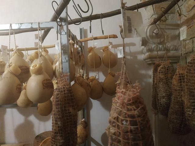 Le Grotticelle - la stanza per la stagionatura dei formaggi e salumi