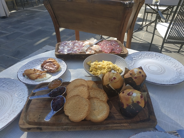 Le Grotticelle - la tavola con la colazione