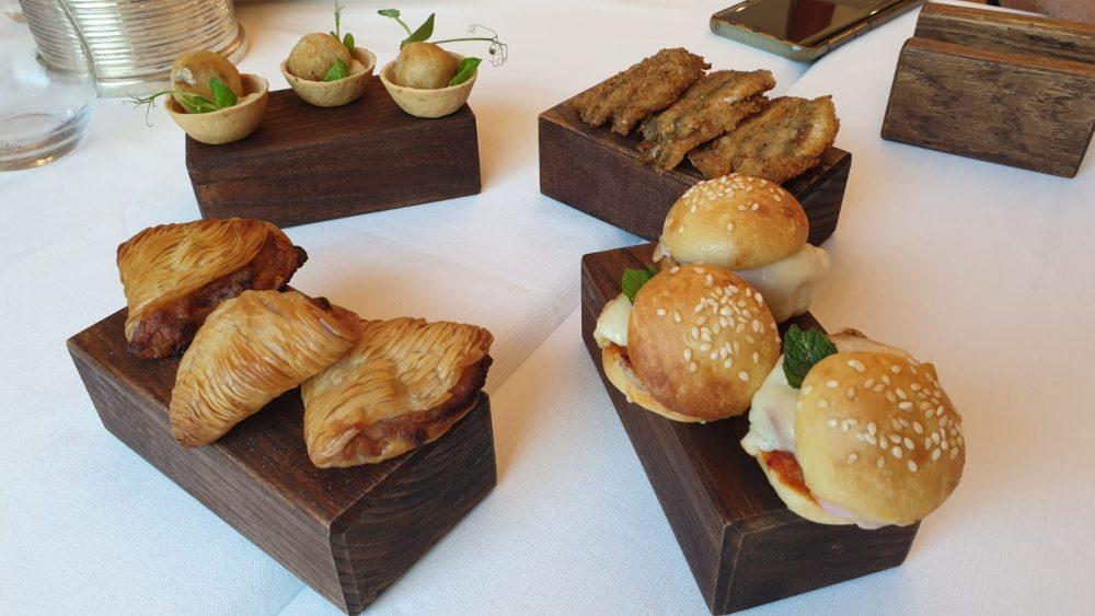 ME Restaurant - Sfogliatelle napoletane ripiene di calamari, mini burger ripieni di 'nduja e pesce spada, cotolette di alici ripiene di bufala, polpettine di cernie e melanzane