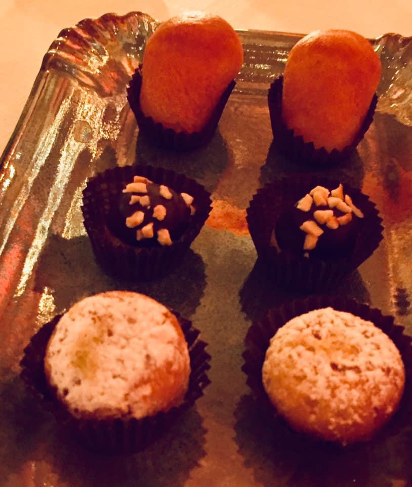 Villa Cimbrone, cena con Emanuele Scarello e Lorenzo Montoro, guantiera di piccola pasticceria napoletana