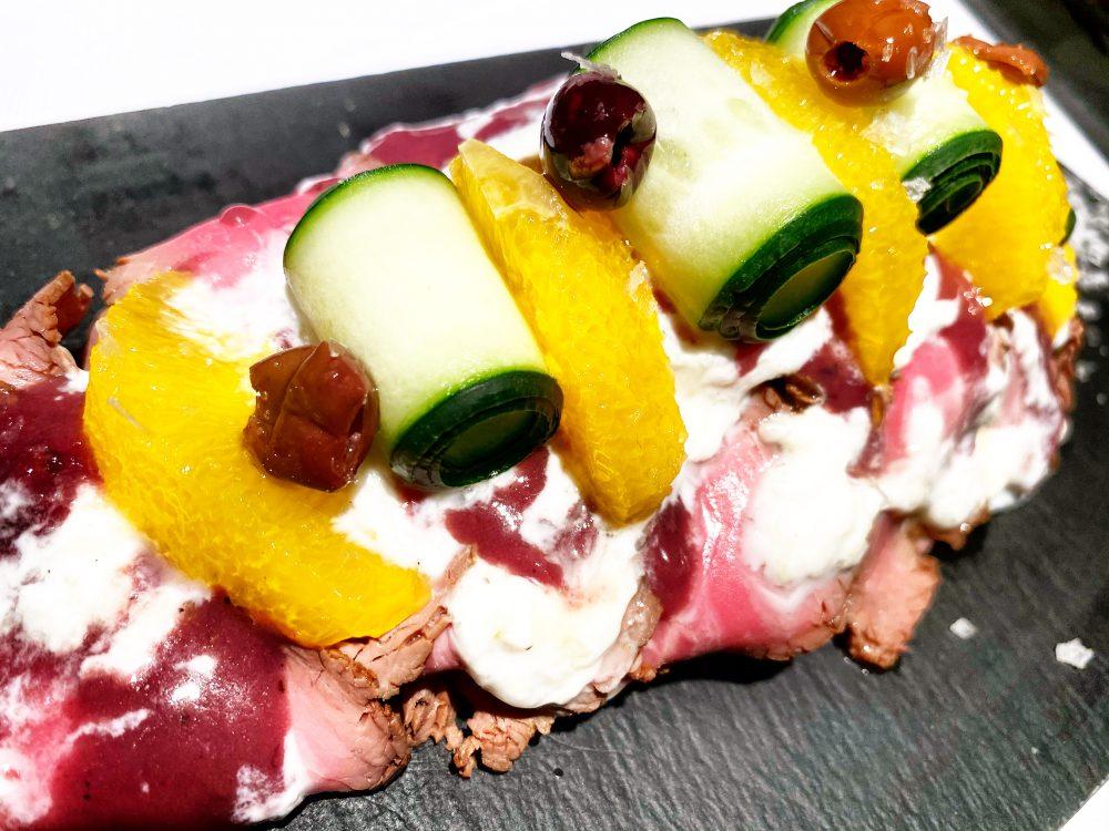 El Portenno, Roast Beef alla Mediterranea con Tzatziki, Lamelle di Arancia, Olive e Zucchine