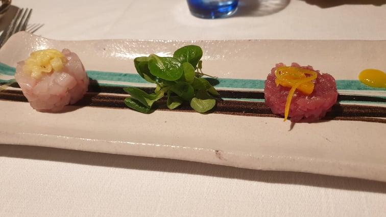Marina Grande - A sin tartare di ricciola con ananas, a dx tartare di tonno con arancia