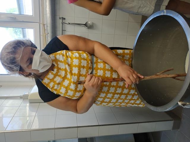 Maria Pia durante un laboratorio di formaggio