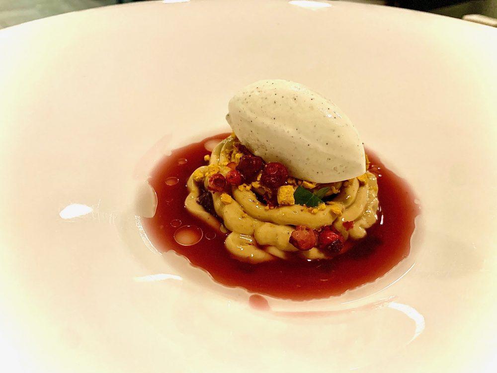 Materia - ricotta fermentata con composta di mirtilli rossi, uva spina, kombucha alla rosa e il gelato alla vaniglia