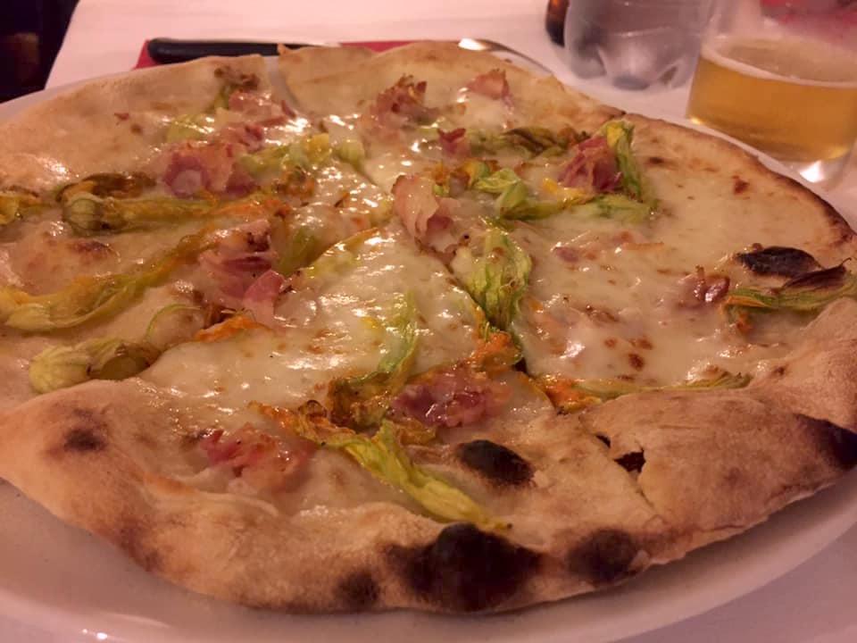 Pizzeria Quo Vadis, fiori e pancetta