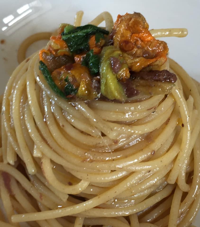 Spaghetti aglio e olio con fiori di zucca