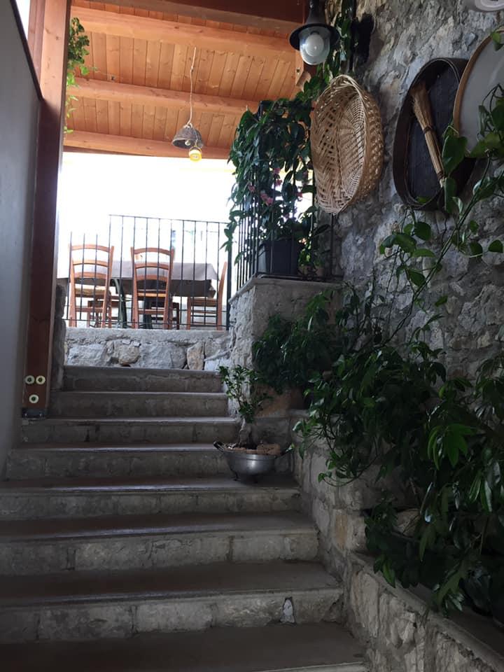 Locanda San Cipriano, l'accesso ai tavoli all'aperto