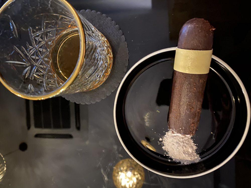 Bushi - Sigaro di mousse al cioccolato e zenzero, brownies fondente, namelaka alla vaniglia, caramello e cenere alla nocciola