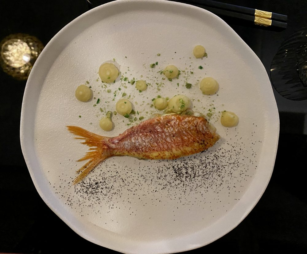 Bushi - Triglia ripiena di carciofi e provolone del monaco su crema di porto, patate e granella di piselli al wasabi
