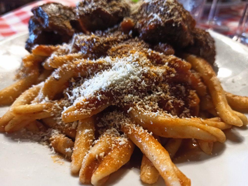 Taralluzzi e Vino - Il Ragu' Cilentano con il formaggio Cilentano
