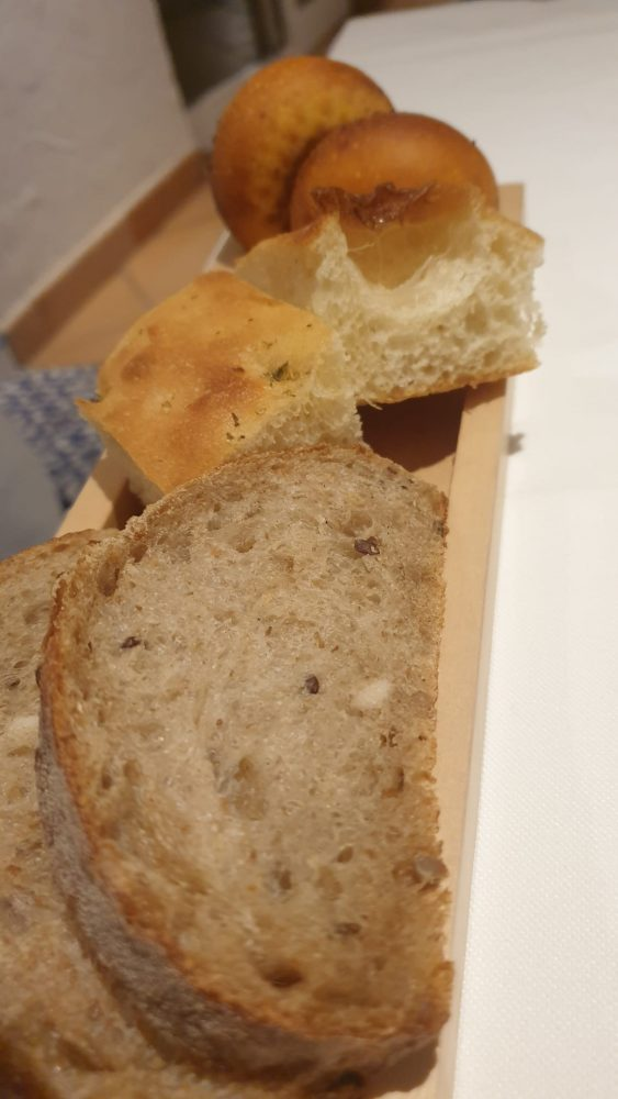 FALALELLA - Il pane - semi integrale, focaccia e panino ai pomodori