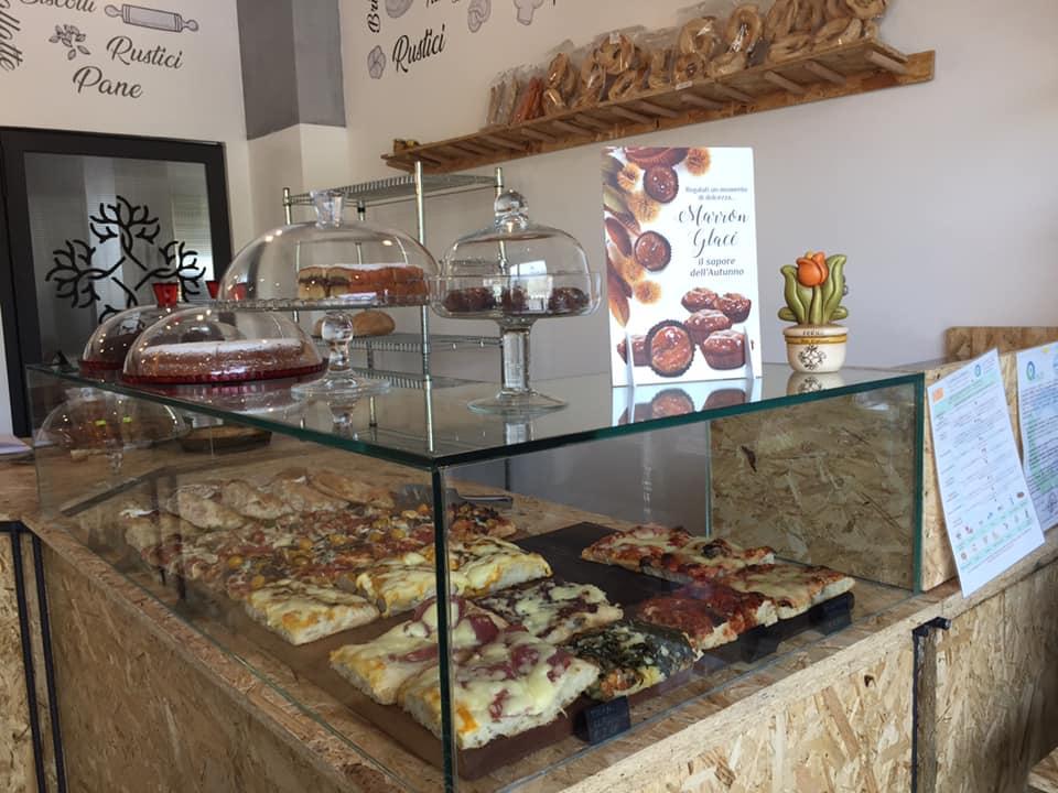 Forno San Cipriano ad Atena lucana, il banco pizza e dolci