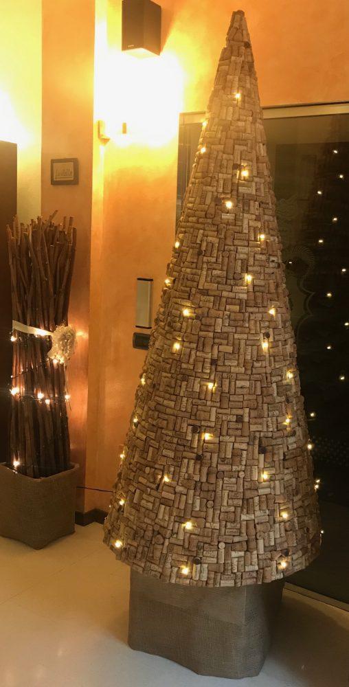 Il benaugurante albero di Natale della Trattoria Visconti di Ambivere, grazie a Fiorella, Giorgio, Daniele e Roberto, serene festivita' a tutti