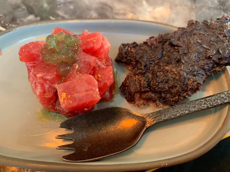 Fuocolento, tartare di tonno e chips di riso venere